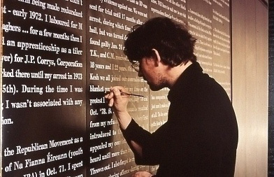 Shane Cullen, Fragmens sur les Institutions IV, 1993 -1997, Painted text; Acrtlic on 96 styrofoam panels, 12 blocks of 8 panels, each block 251 x 480 x 6 cm, Collection Irish Museum of Modern Art